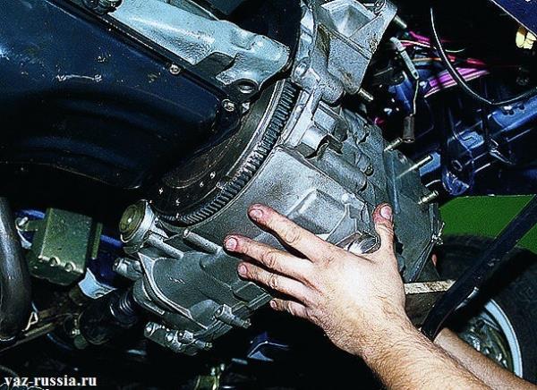 Отведение коробки от конца двигателя автомобиля