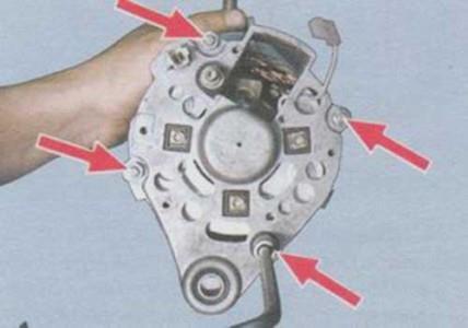 Откручиваем гайки крепления корпуса генератора на ВАЗ 2108, 2109, 21099