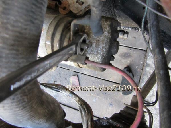 открутить гайку крепления клеммы стартера на ВАЗ 2109-2108