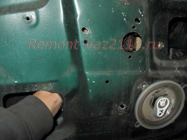 отсоединение штекера стеклоподъемника на ВАЗ 2110-2112