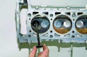вынимаем клапан из направляющей втулки головки блока цилиндров.