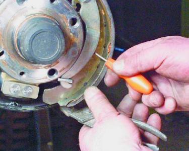 Снимаем направляющую пружину колодки на ВАЗ 2108, 2109, 21099
