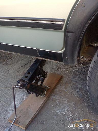 Поднятие заднего колеса ВАЗ 2108, 2109, 21099, 2113, 2114, 2115 домкратом