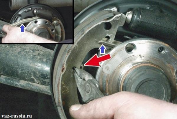 Снятие пассатижами направляющей пружины которая крепит колодку и после неё снятие разжимной планки
