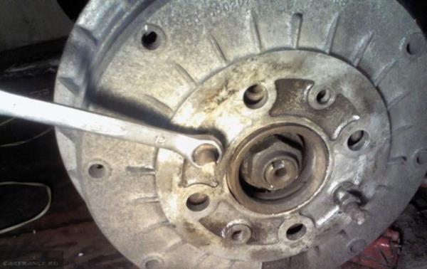 Откручиваем шпильки на заднем тормозном барабане ВАЗ-2112