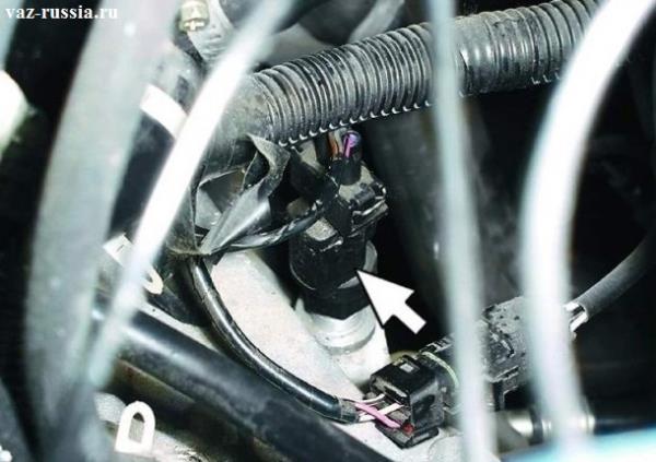 Стрелкой указано местонахождение датчика, на коробке передач