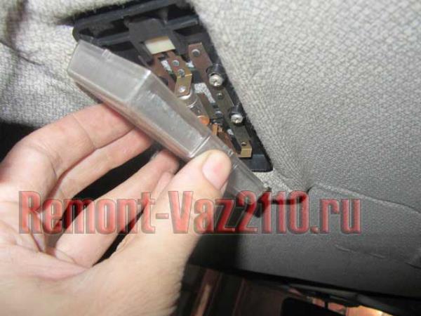 поддеть стекло крышки плафона на ВАЗ 2110-2112