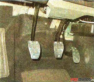 На педали установлены спортивные накладки