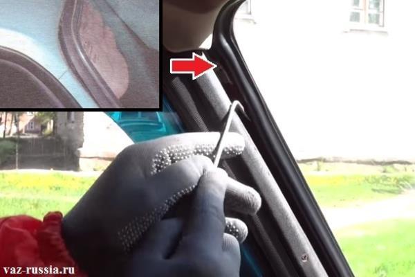 Выведение верхнего угла уплотнительной резинки из проёма