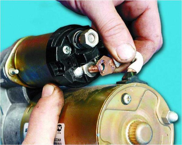 Снятие провода с контактного болта тягового реле стартера Лада Гранта (ВАЗ 2190)