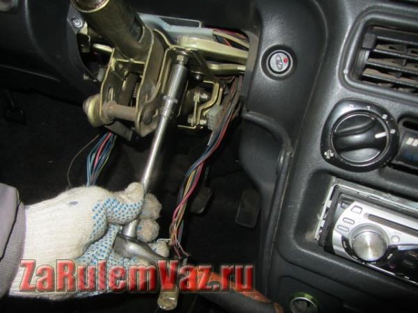 открутить гайки крепления рулевой колонки на ВАЗ 2114 и 2115