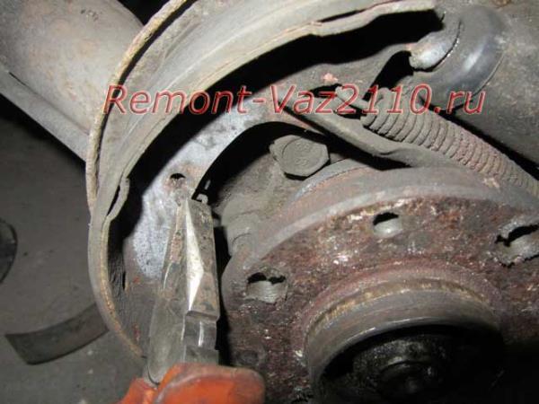 снятие центральной пружины задней колодки на ВАЗ 2110-2112