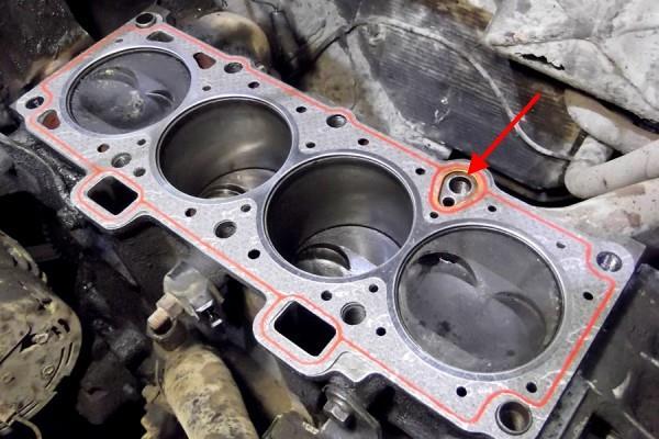 Размещение отверстия для прохода масла в прокладке головки блока цилиндров двигателя ВАЗ-11183 Лада Гранта (ВАЗ 2190)