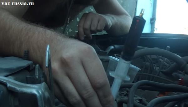 Отработанное масло находящееся в шприце и взятое из бачка усилителя руля