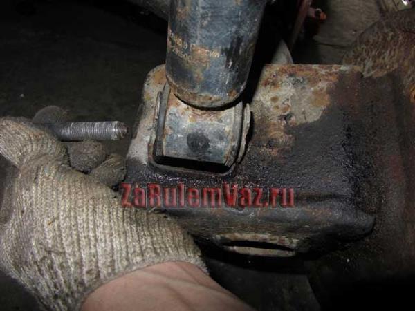 как открутить нижний болт крепления задних стоек на ВАЗ 2114