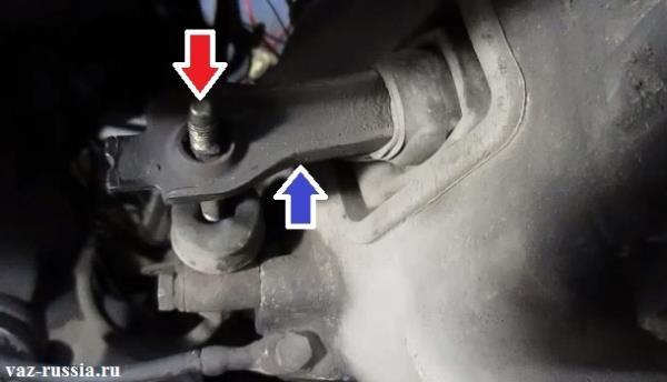 Красной стрелкой - указан шток рабочего цилиндра сцепления, а синей указан вилка выключения сцепления