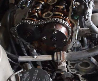 Цепь привода газораспределительного механизма со снятым натяжителем в Toyota RAV4