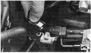 Отсоединение разъема датчика vvt-i двигателя Toyota RAV4