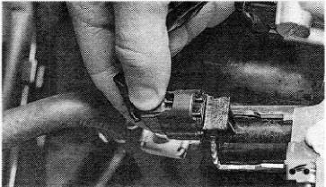 Нажатие на фиксаторы разъема клапана vvt-i в Toyota RAV4