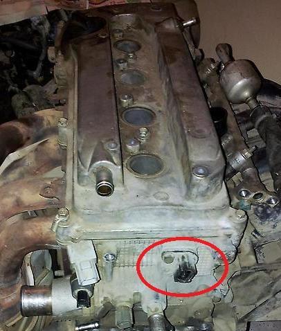 Размещение датчика положения распределительных валов в Toyota RAV4