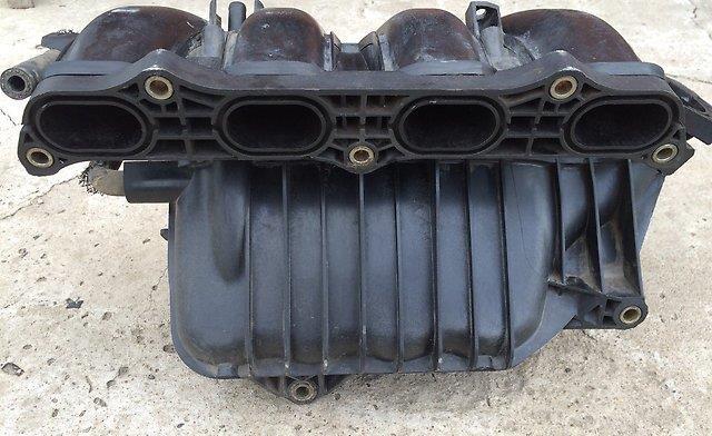 Снятый впускной коллектор двигателя Toyota RAV4