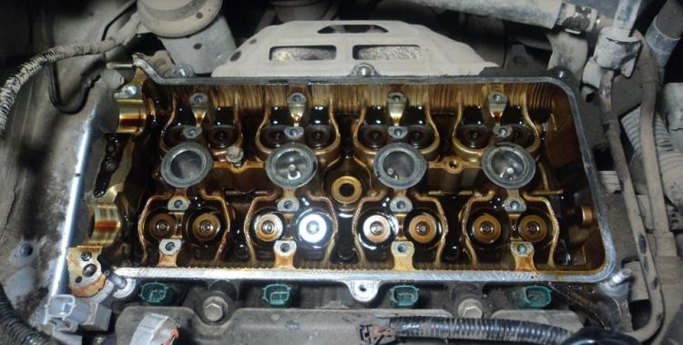 Головка блока цилиндров со снятыми распределительными валами в Toyota RAV4