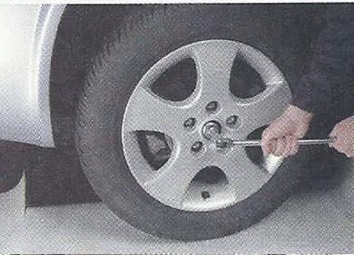 Ослабляем затяжку гайки ступицы колеса Nissan Primera
