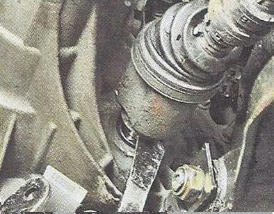 Выпрессовуем внутренний шарнир привода из полуосевой шестерни Nissan Primera
