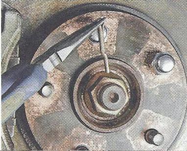 Извлекаем шплинт из отверстия оси поворотного кулака Nissan Primera