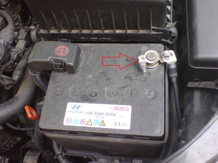 Снять провод клеммы «минус» аккумуляторной батареи на автомобиле Hyundai Accent MC