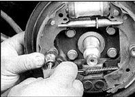 26. Установите переднюю колодку по месту, закрепите штифтом, пружиной и повернув