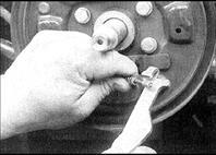 12. Отсоедините трос ручного тормоза от рычага.