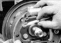 24. Установите регулятор, уперев в соответствующие пазы в колодках.
