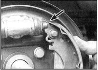 18. Убедитесь, что верхний торец колодки зашел в паз на выступающем из цилиндра