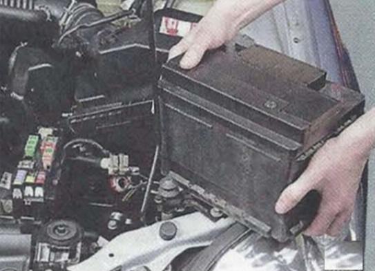 Отключаем аккумулятор Nissan Primera