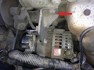 Откручиваем крепления генератора Nissan Primera