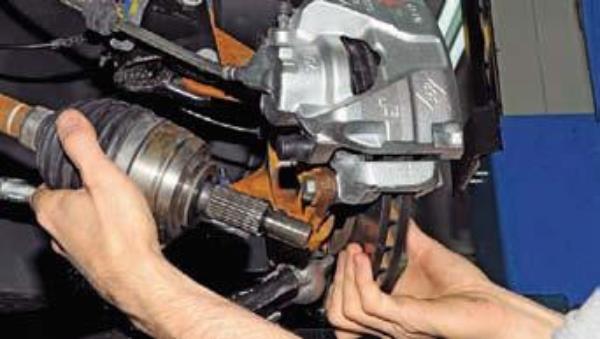 Снимаем привода передних колес на Renault Duster