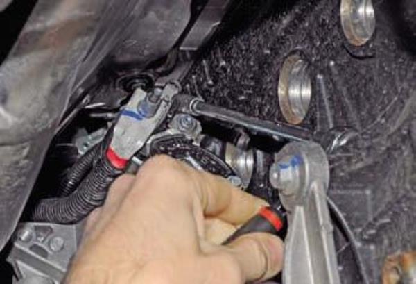 Демонтируем стартер на Renault Duster