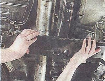 Снимаем поперечину подрамника Nissan Primera