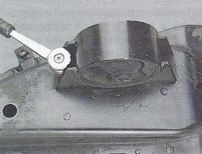 Выворачиваем два болта крепления передней опоры силового агрегата Nissan Primera