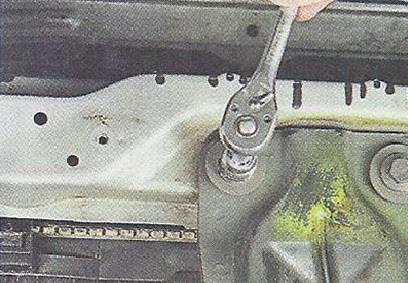 Выворачиваем два болта переднего крепления защитного бруса двигателя Nissan Primera