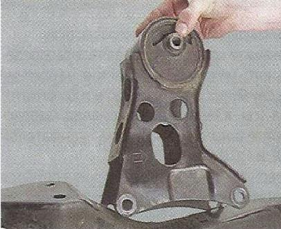 Снимаем заднюю опору двигателя с защитного бруса Nissan Primera