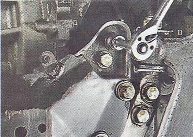 Выворачиваем болты крепления поперечины подрамника к подрамнику левой и правой стороны Nissan Primera