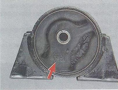 Стрелка на резиновой подушке опоры Nissan Primera