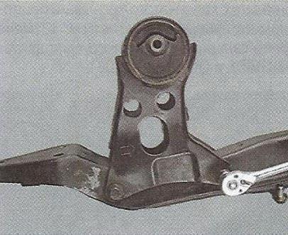Выворачиваем два болта крепления задней опоры силового агрегата Nissan Primera