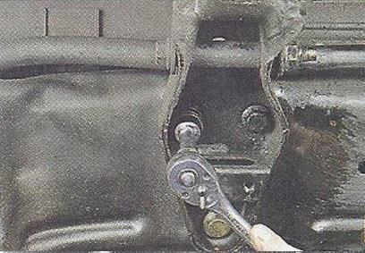 Выворачиваем три болта заднего крепления Nissan Primera
