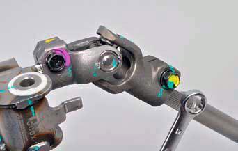 Ослабляем болт стягивающий клеммное соединение промежуточного вала с верхним карданным шарниром на автомобиле Hyundai Solaris