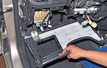 Отсоединяем колодки проводов выключателя зажигания и катушки на автомобиле Hyundai Solaris