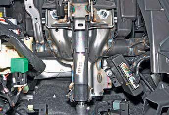 Места крепления рулевой колонки к каркасу панели приборов на автомобиле Hyundai Solaris