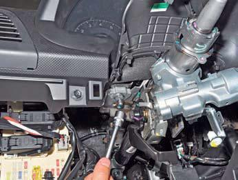 Отворачиваем две гайки крепления рулевой колонки на автомобиле Hyundai Solaris